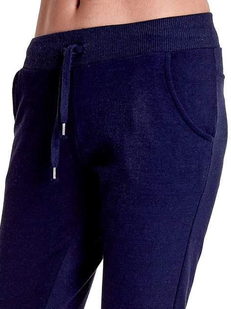 Granatowe spodnie dresowe z prostą nogawką                                  zdj.                                  5