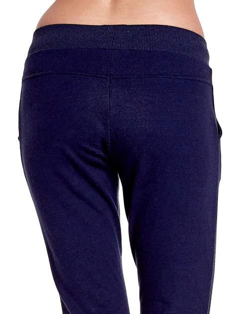 Granatowe spodnie dresowe z prostą nogawką                                  zdj.                                  7