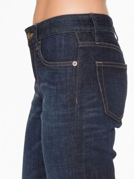 Granatowe spodnie  girlfriend jeans z cieniowaniem                                  zdj.                                  6