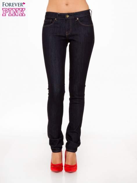 Granatowe spodnie jeansowe rurki
