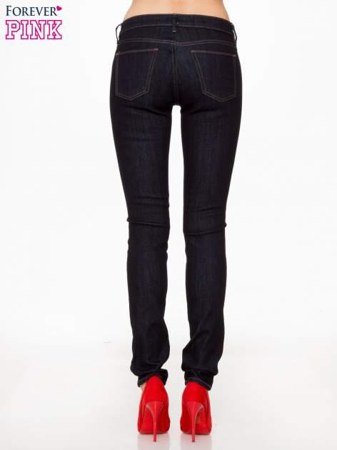 Granatowe spodnie jeansowe rurki                                   zdj.                                  4