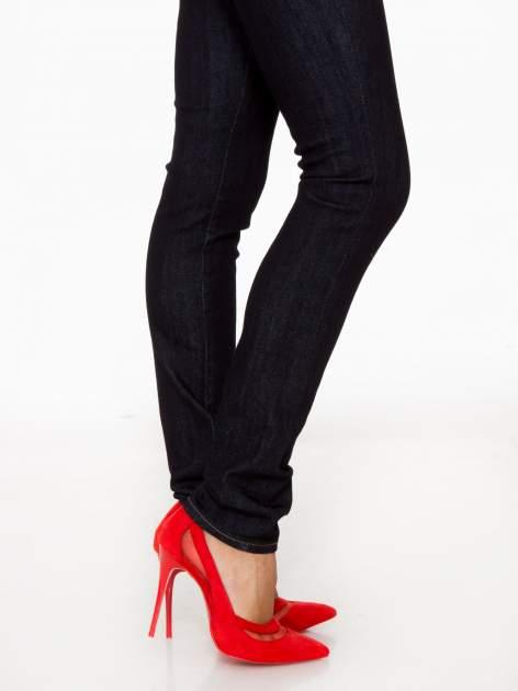 Granatowe spodnie jeansowe rurki                                   zdj.                                  8