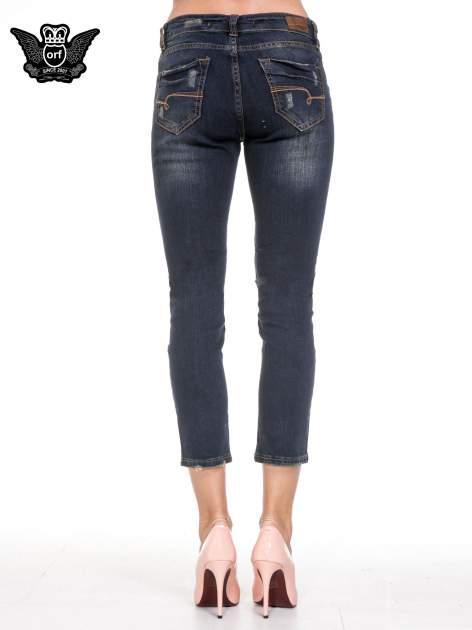 Granatowe spodnie rurki do połowy łydki z lekkimi przetarciami                                  zdj.                                  5