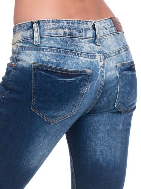 Granatowe spodnie skinny jeans z dziurami                                  zdj.                                  8