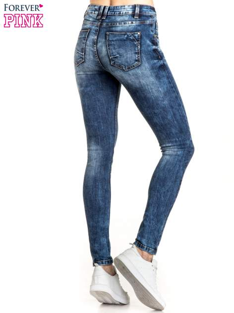 Granatowe spodnie skinny jeans z lekkim dekatyzowaniem                                  zdj.                                  3