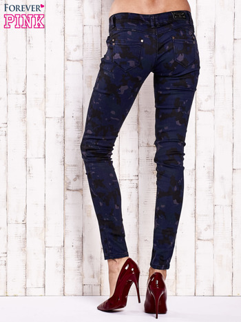 Granatowe spodnie skinny z motywem moro                                  zdj.                                  2