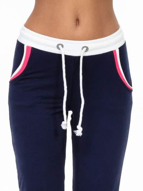 Granatowe spodnie z kolorowym akcentem przy kieszeniach                                  zdj.                                  5