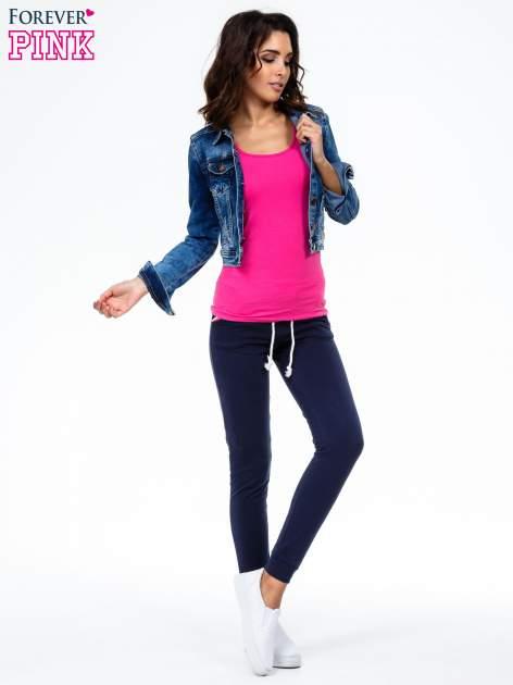 Granatowe spodnie z kolorowym akcentem przy kieszeniach                                  zdj.                                  2