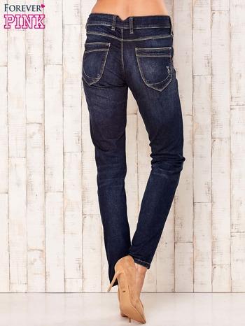 Granatowe spodnie z przetarciami                                  zdj.                                  3