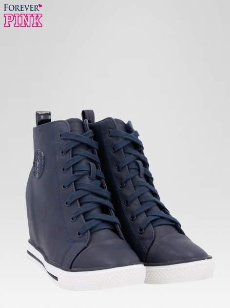 Granatowe trampki na koturnie w stylu sneakersów                                  zdj.                                  2