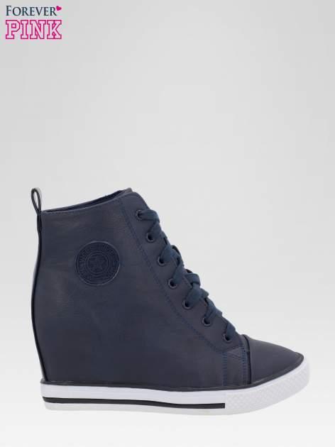 Granatowe trampki na koturnie w stylu sneakersów                                  zdj.                                  1