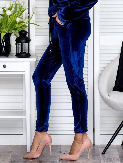 Granatowe welurowe spodnie dresowe o prostym kroju                               zdj.                              3