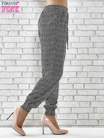 Granatowe zwiewne spodnie alladynki w drobny wzór geometryczny                                  zdj.                                  3