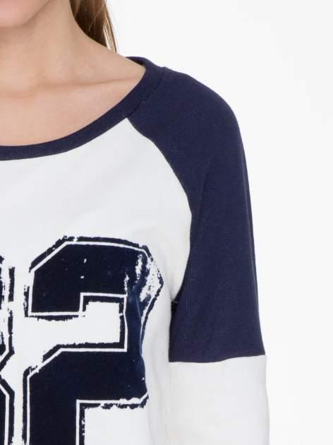 Granatowo-biała długa bluza baseballowa z numerkiem                                  zdj.                                  5