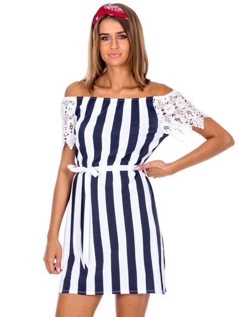 Granatowo-biała sukienka w paski z koronkowymi rękawami                              zdj.                              1