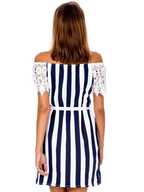 Granatowo-biała sukienka w paski z koronkowymi rękawami                              zdj.                              2