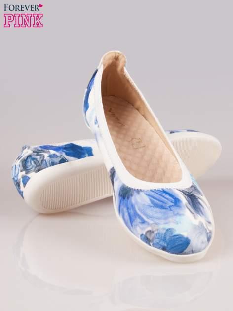 Granatowo-białe kwiatowe baleriny Lily na gumkę                                  zdj.                                  4