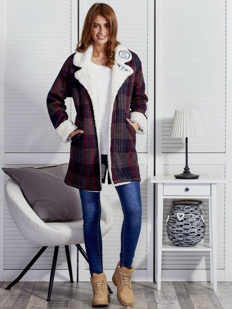 Granatowo-czerwony płaszcz na baranku w kratkę                              zdj.                              4