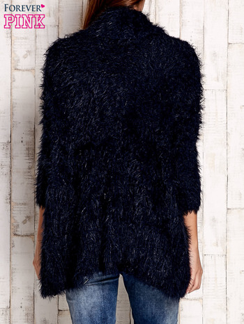 Granatowy asymetryczny sweter z szerokim kołnierzem                                  zdj.                                  4