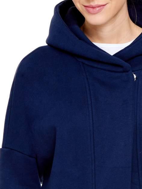 Granatowy dresowy płaszcz z kapturem i kieszeniami                                  zdj.                                  5