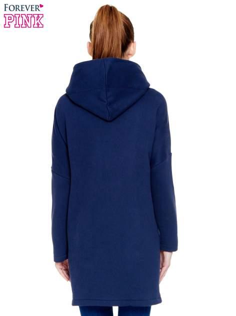 Granatowy dresowy płaszcz z kapturem i kieszeniami                                  zdj.                                  4