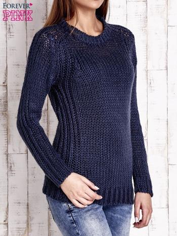 Granatowy dzianinowy sweter o szerokim splocie                                  zdj.                                  3