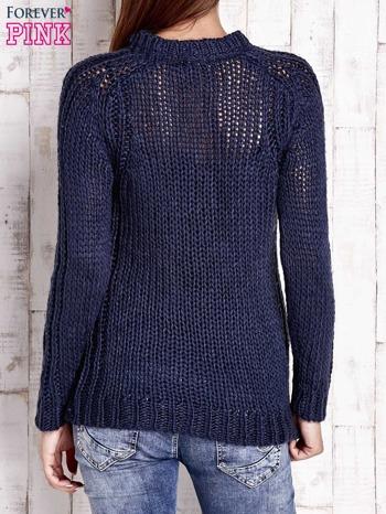 Granatowy dzianinowy sweter o szerokim splocie                                  zdj.                                  4