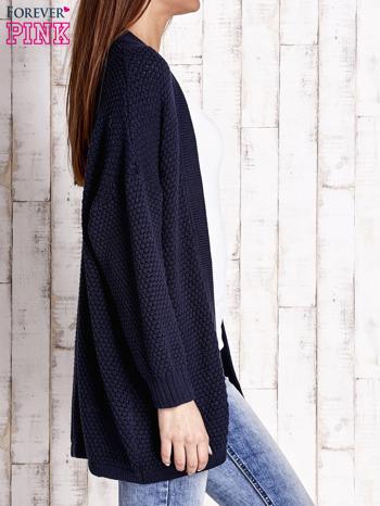 Granatowy fakturowany otwarty sweter                                   zdj.                                  3
