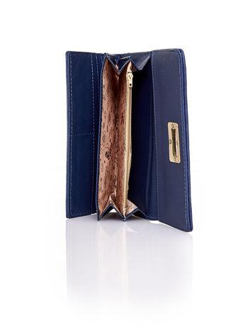 Granatowy fakturowany portfel ze stylizowanym zapięciem                                   zdj.                                  5