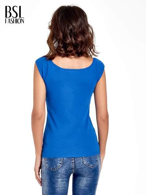 Granatowy gładki t-shirt z łódkowym dekoltem                                  zdj.                                  4