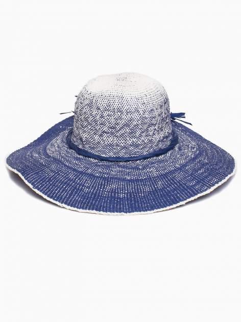 Granatowy kapelusz słomiany z dużym rondem i kwiatem                                  zdj.                                  5