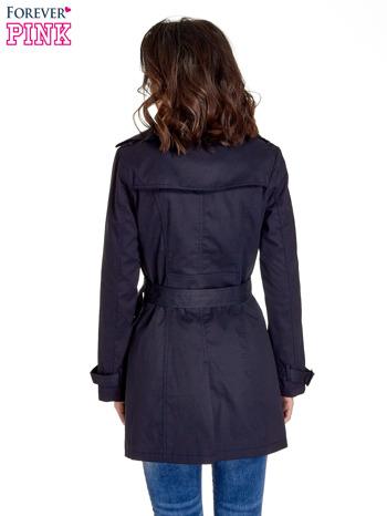 Granatowy klasyczny płaszcz typu trencz                                  zdj.                                  4