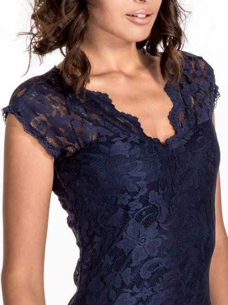 Granatowy koronkowy t-shirt z głębokim dekoltem                                  zdj.                                  5