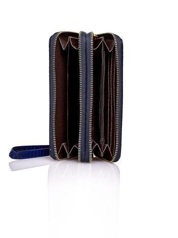 Granatowy pikowany portfel z uchwytem na rękę                                  zdj.                                  4