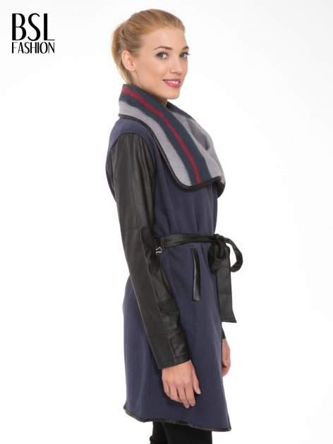Granatowy płaszcz ze skórzanymi rękawami i paskiem                                  zdj.                                  3