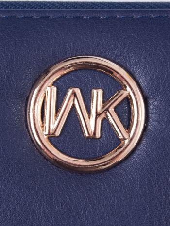 Granatowy portfel z uchwytem na rękę i złotym logiem                                  zdj.                                  4