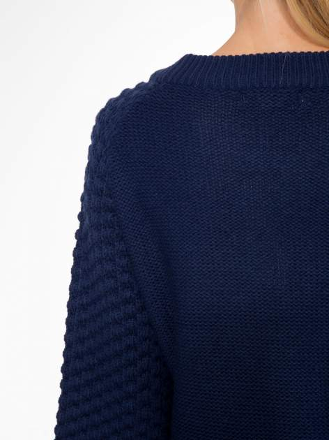 Granatowy sweter o bąbelkowej fakturze                                  zdj.                                  7