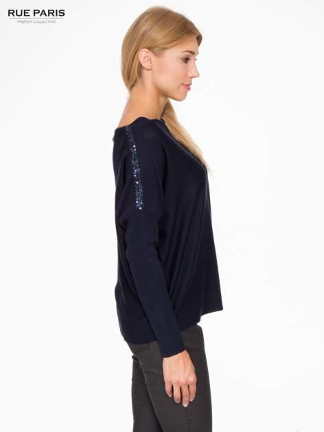 Granatowy sweter o nietoperzowym kroju z cekinową aplikacją na rękawach                                  zdj.                                  3