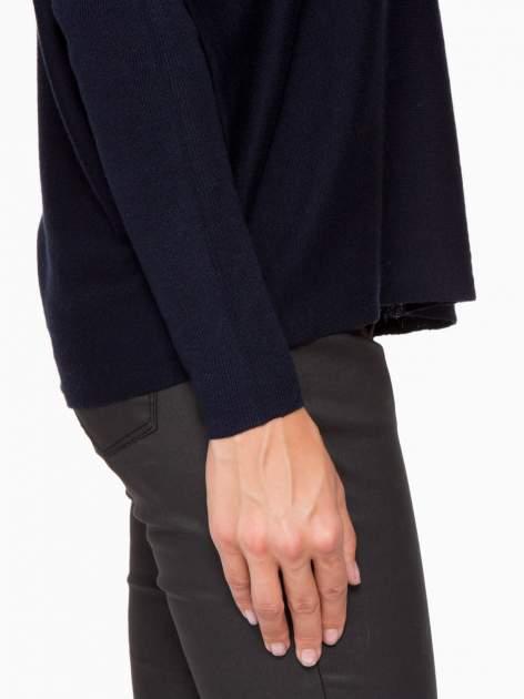 Granatowy sweter o nietoperzowym kroju z cekinową aplikacją na rękawach                                  zdj.                                  9
