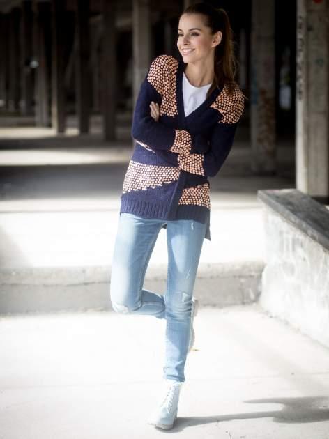 Granatowy sweter typu otwarty kardigan z ozdobnym ściegiem                                  zdj.                                  10