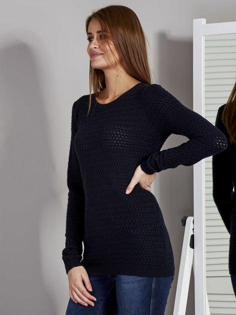 Granatowy sweter z plecionym splotem                               zdj.                              3