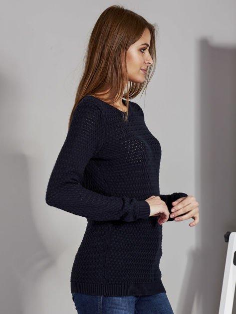 Granatowy sweter z plecionym splotem                               zdj.                              5