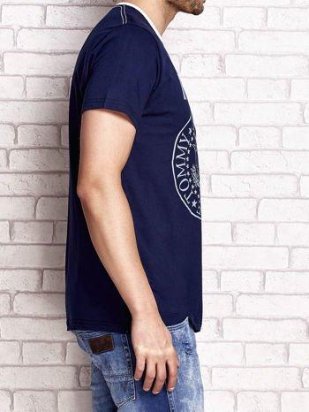 Granatowy t-shirt męski z napisem RAMOS i nadrukiem                                  zdj.                                  3