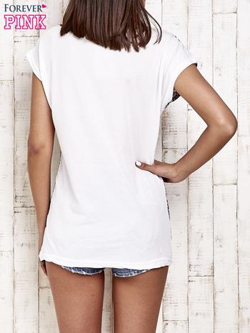 Granatowy t-shirt w kwiatuszki                                  zdj.                                  2