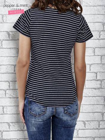 Granatowy t-shirt w paski z naszywkami                                  zdj.                                  4