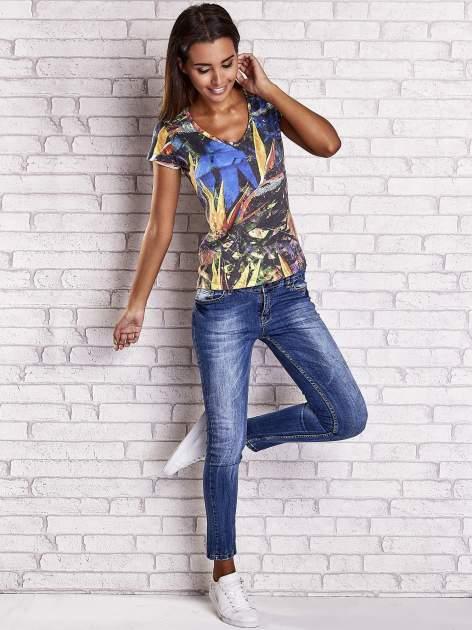 Granatowy t-shirt z egzotycznym motywem roślinnym                                  zdj.                                  4