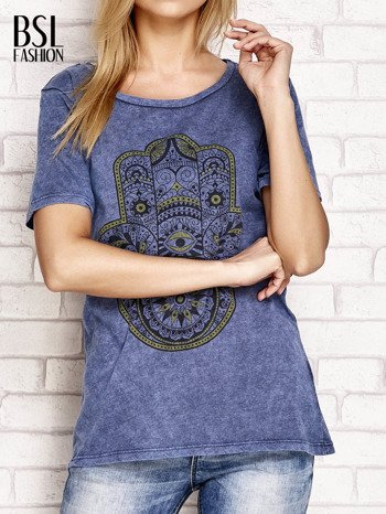 Granatowy t-shirt z egzotycznym nadrukiem dłoni i wycięciem na plecach                                  zdj.                                  1