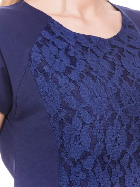 Granatowy t-shirt z koronkowym przodem                                  zdj.                                  4