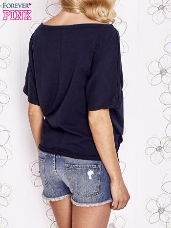 Granatowy t-shirt z limonkowymi pomponikami przy dekolcie                                  zdj.                                  4