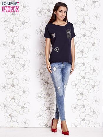 Granatowy t-shirt z motywem serca i kokardki                                  zdj.                                  3